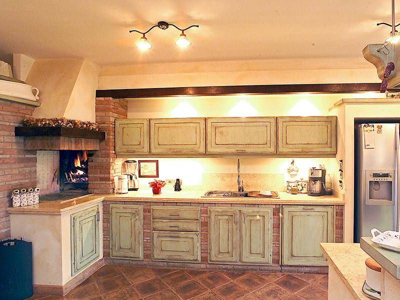 ... con fumina all interno della cucina è stato inserito il caminetto con
